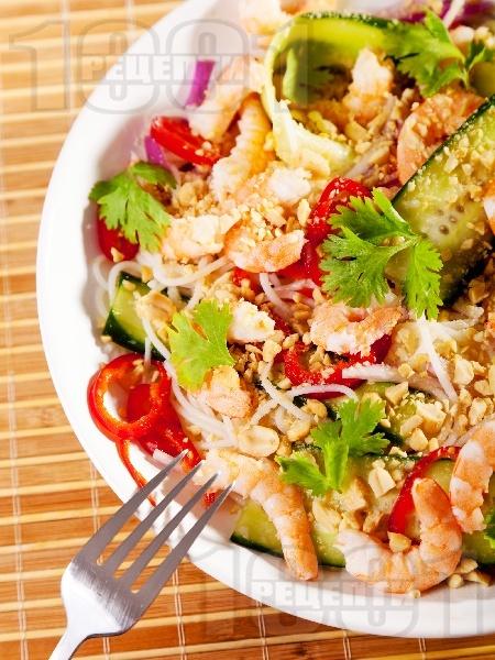 Виетнамска салата с оризови спагети, скариди и ядки - снимка на рецептата